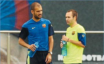 Iniesta habla distendidamente durante un entrenamiento con su entrenador